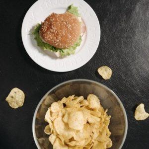 malbouffe, chips, burger mauvais pour l'acné